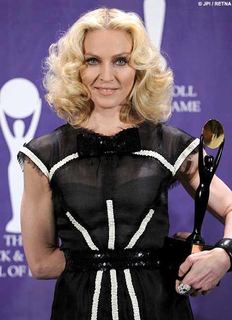 Efsane aşk bitti Eskiden bir an bile ayrılmayan Madonna- Guy Ritchie'nin çiftinin artık pek sık bir arada görülmemesi dedikoduları alevlendirdi. Söylentilere göre Madonna'nın geçtiğimiz günlerde Rock 'n' Roll Hall of Fame'de verdiği muhteşem konserde Ritchie bilerek gelmedi ve dedikoduların giderek büyümesine neden oldu. Ayrıca Guy Ritchie'nin başka bir kadınla görülmesi gelen iddialar arasında.